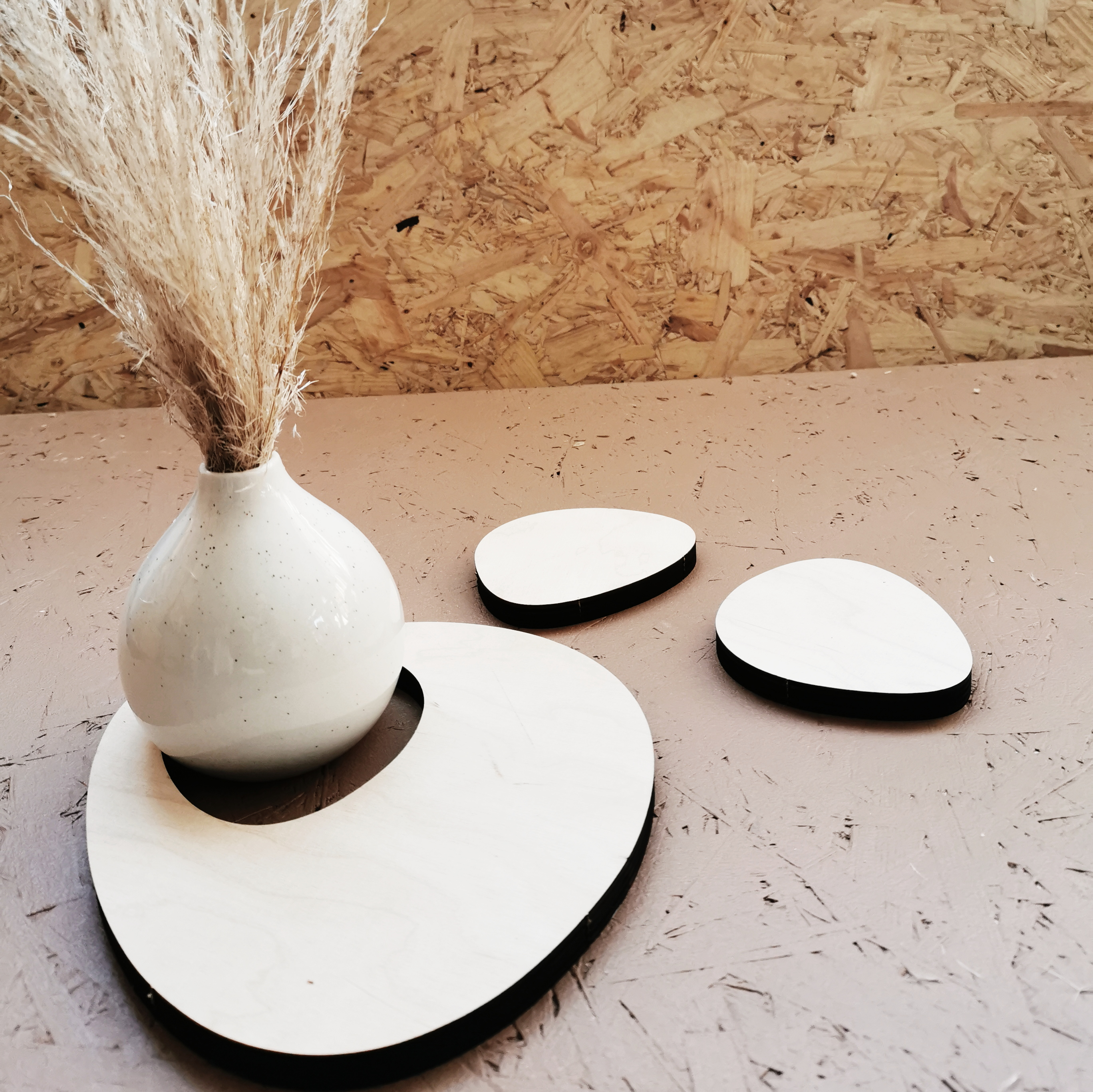 Vaneriset tuotteemme, jotka on valmistettu ylijäämä materiaalista, joka syntyy Vanerisen ripustimen tuotannosta.