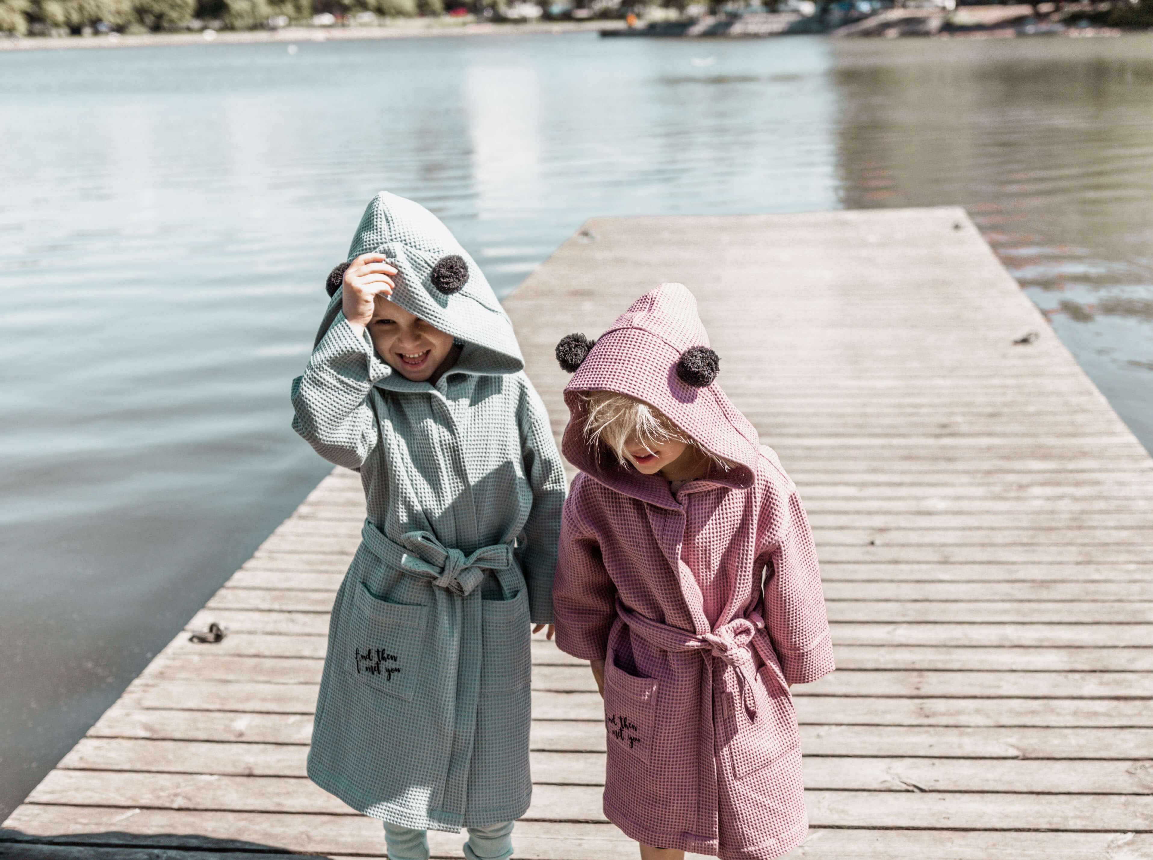 Suloinen Valon kids kylpytakki, joka on valmistettu puuvillavohvelista.